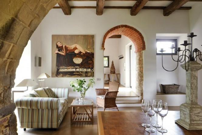 Connue sous le nom Castello di Reschio, cet intérieur est le résultat dune restauration méticuleuse qui a abouti à une luxueuse maison principale en forme